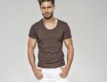 穿白色短裤咖啡色T恤的男人摄影图片