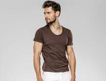 穿短袖T恤的英俊欧美型男摄影图片