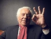 做OK手势的白发老男人局部摄影图片