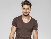 穿咖啡色T恤白色短裤的男人摄影图片