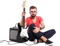 坐着手拿吉他的欧美帅哥摄影图片