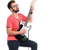 踩着音响弹吉他的欧美帅哥摄影图片
