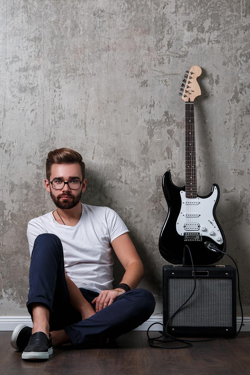 素材描述: 坐音响吉他旁的欧美帅哥摄影图片素材下载 版权申明: 思缘