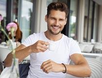 微笑着喝咖啡的欧美帅哥摄影图片
