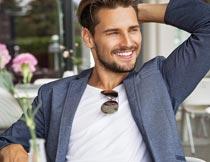 微笑着单手抱头的欧美型男摄影图片
