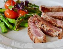 搭配时令蔬菜的煎牛排高清图片