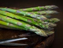 新鲜嫩绿色的芦笋特写摄影高清图片