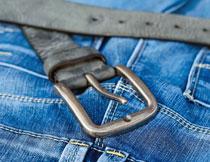 蓝色牛仔裤上的黑色腰带高清图片