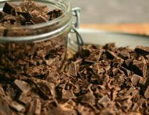 玻璃材质存储罐与切碎的巧克力高清图片