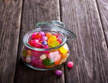 玻璃罐里的五彩糖果特写高清图片