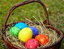 放在篮子里的几枚彩蛋特写高清图片