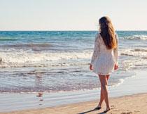 赤脚在海边的长发美女高清图片