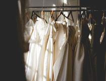 衣橱里美美的衣服特写高清图片