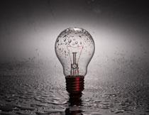 被淋湿了的螺口灯泡摄影高清图片