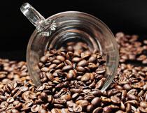 一堆咖啡豆中的玻璃杯摄影高清图片