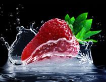 落入水里激起水花的草莓高清图片