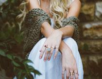 戴着戒指的双手特写摄影高清图片