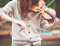 拉小提琴的人物局部摄影高清图片