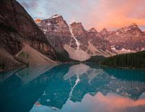湖边的雪山树林风光摄影高清图片
