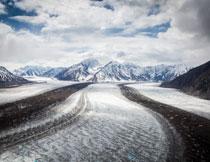 被压出车辙的雪后公路高清图片
