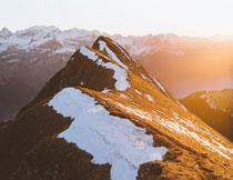 积雪尚未融化的高山摄影高清图片