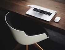 椅子与桌上的笔记本电脑高清图片