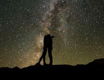 点点繁星与亲密情侣剪影高清图片