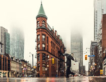 雨后有积水的城市街道风光图片