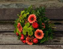 木板上的花束特写摄影高清图片