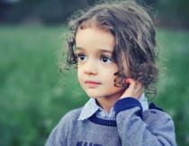 明亮眼睛卷发小女孩高清图片