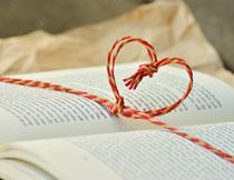 系有心形图案绳子的书高清图片