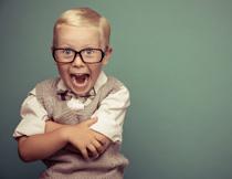 戴着黑框眼镜的小男孩高清图片