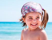 海边扎双马尾的小女孩高清图片