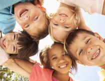 站成一圈紧挨着的儿童高清图片