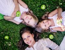 躺草地上三个美女人物摄影图片
