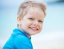 洋溢着笑容的快乐小男孩高清图片