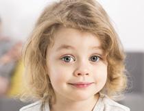 卷发小女孩人物写真摄影高清图片