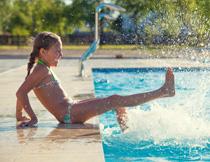 在泳池边洗水的泳装女孩高清图片