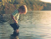 站在水里的小男孩人物摄影图片
