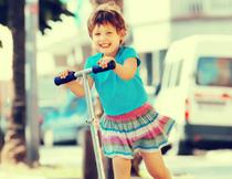 在玩滑板车的小女孩摄影高清图片