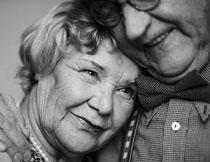 依偎在一起的幸福夫妇高清图片
