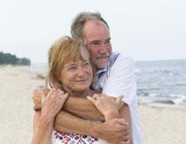 海边抱在一起的夫妇摄影高清图片