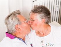 接吻的老年夫妇人物摄影高清图片
