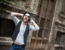 戴着耳机大喊的男人摄影高清图片