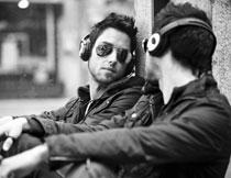 镜子前听音乐的男子摄影高清图片