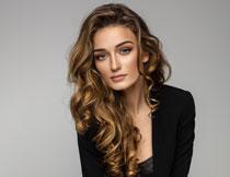 黑色装扮卷发美女模特高清图片