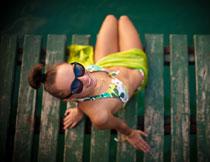 戴墨镜的泳装美女人物高清图片