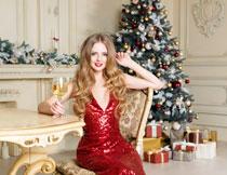 洋溢着笑容的红裙美女高清图片