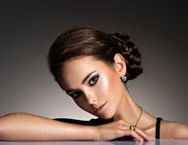 浓妆盘发美女人物摄影高清图片