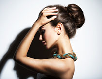 头发高高盘起的美女摄影高清图片